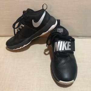 Nike Team Hustle boys shoes youth sz4